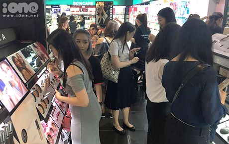 Teen Thai xep hang ca cay so mua do giam 90% - Anh 5