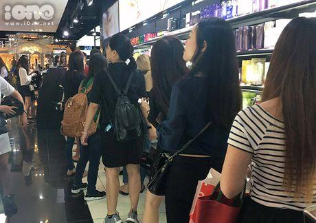Teen Thai xep hang ca cay so mua do giam 90% - Anh 7