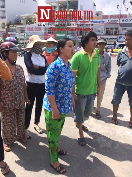 Tieu thuong tiec tuc phan doi viec di doi cho Long Xuyen - Anh 1