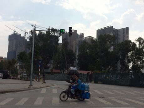 Ha Noi: Lai sap xuat hien 'lo bat quai' truc duong Le Van Luong - Anh 7