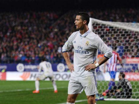 Ronaldo mac quan lot khoe ky nang choi bong - Anh 1