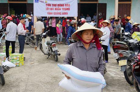 Tan Hiep Phat chia se kho khan voi ba con vung ron lu Quang Binh - Anh 1