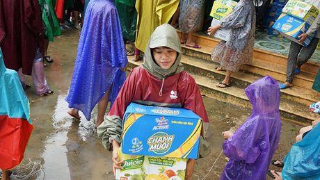Tan Hiep Phat chia se kho khan voi ba con vung ron lu Quang Binh - Anh 4