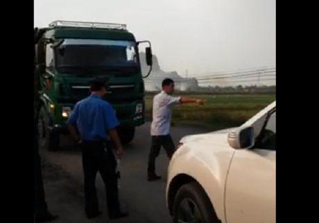 Hai Duong: Xuat hien nhom nguoi hung han chong doi luc luong TTGT - Anh 1