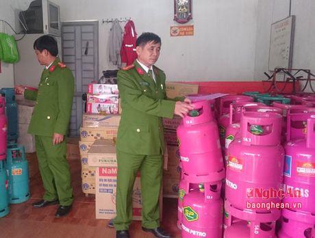 Cong an TP Vinh bat 1 vu kinh doanh gas trai phep - Anh 1