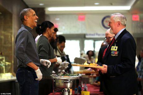 Gia dinh ong Obama phuc vu bua an cho cuu chien binh My - Anh 2