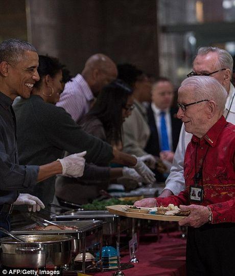 Gia dinh ong Obama phuc vu bua an cho cuu chien binh My - Anh 6