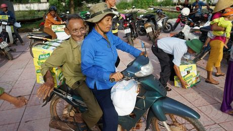Tan Hiep Phat ho tro nguoi dan Quang Binh sau 'lu kep' - Anh 6