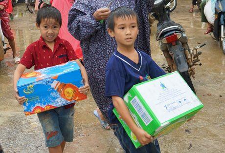 Tan Hiep Phat ho tro nguoi dan Quang Binh sau 'lu kep' - Anh 7