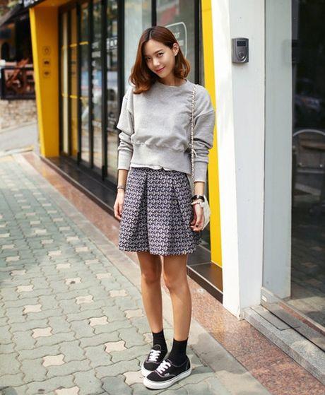 6 kieu mix chan vay len cuc chat cho nang cong so dau dong - Anh 6
