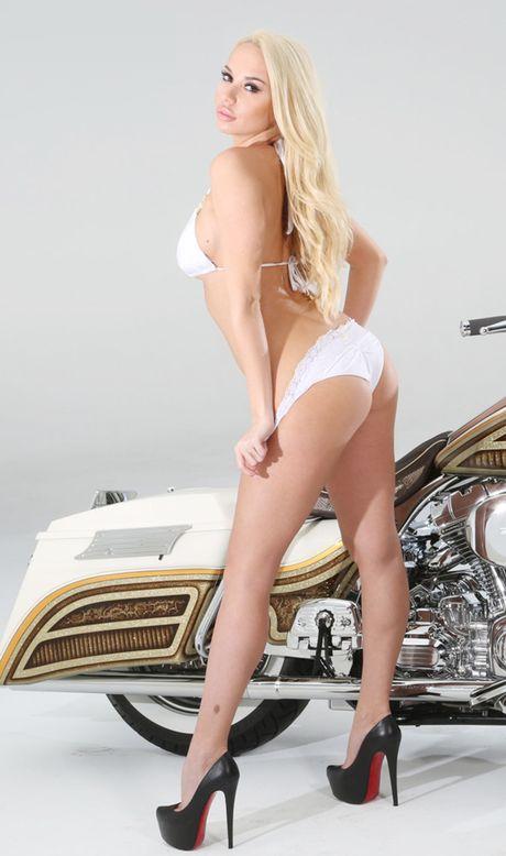 Nguoi dep than nhien lot do ben Harley-Davidson - Anh 7