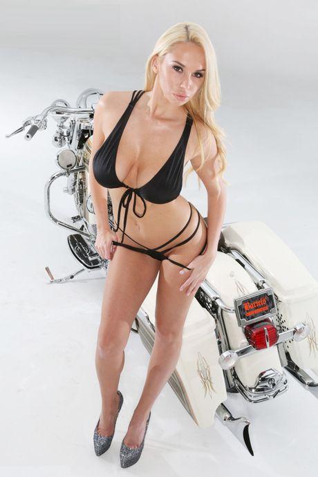 Nguoi dep than nhien lot do ben Harley-Davidson - Anh 9