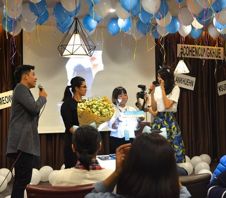 Lan Khue khoc nuc no vi duoc fans tang qua dac biet - Anh 1