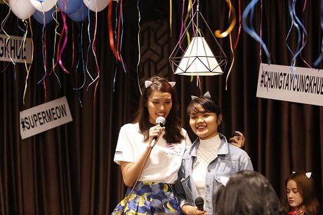Lan Khue khoc nuc no vi duoc fans tang qua dac biet - Anh 2