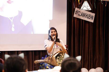 Lan Khue khoc nuc no vi duoc fans tang qua dac biet - Anh 8