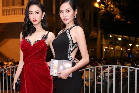 Ha Thu - Dieu Linh do ve goi cam tren tham do - Anh 1