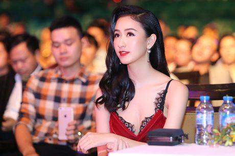 Ha Thu - Dieu Linh do ve goi cam tren tham do - Anh 8