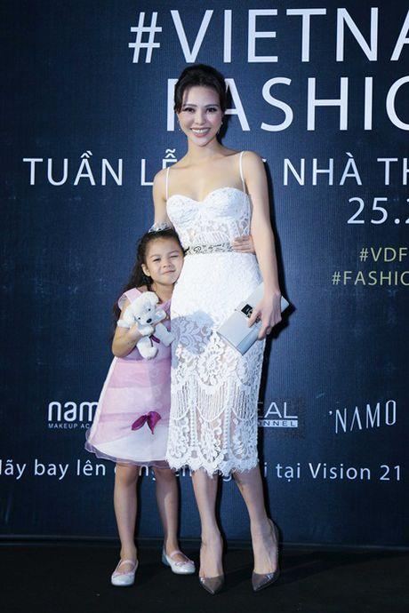 A hau Tra Giang khoe ve dep gai mot con - Anh 2