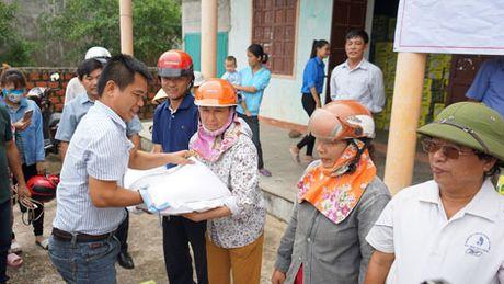 Chung tay giup do ba con Quang Binh gap nan trong mua lu - Anh 1