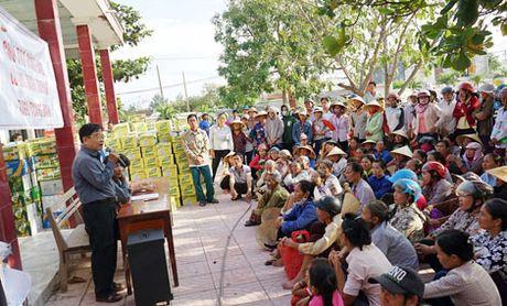 Chung tay giup do ba con Quang Binh gap nan trong mua lu - Anh 2