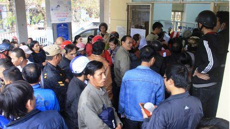 Tin nong ngay 26/11: Hang tram nguoi di doi giay phep lai xe vi tin don - Anh 1