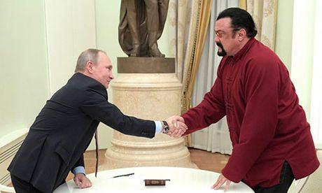 Ong Putin tang ho chieu Nga cho dien vien vo thuat My - Anh 1