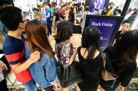 Sai Gon: Sau Black Friday, nhieu gian hang nhu bai chien truong - Anh 6
