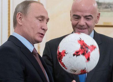 Chu tich FIFA tang Tong thong Putin qua bong nhu the nao? - Anh 1