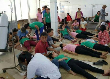 Hang loat cong nhan May mac First Team bi ngo doc thuc pham - Anh 1
