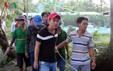Tien Giang: Bat qua tang 34 doi tuong da ga an tien - Anh 1