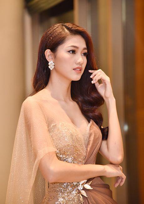 A hau Thanh Tu doi phong cach, khoe vai tran goi cam - Anh 2