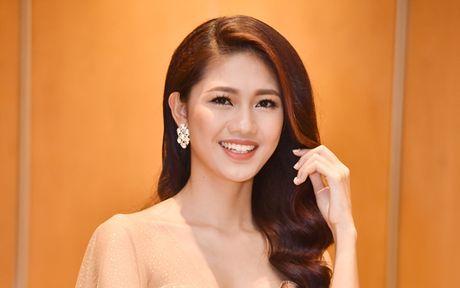 A hau Thanh Tu doi phong cach, khoe vai tran goi cam - Anh 3