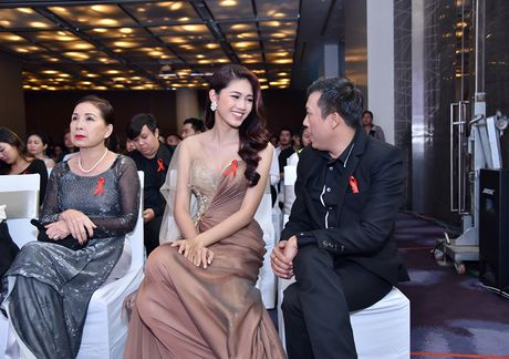A hau Thanh Tu doi phong cach, khoe vai tran goi cam - Anh 5