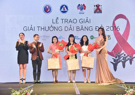 A hau Thanh Tu doi phong cach, khoe vai tran goi cam - Anh 7
