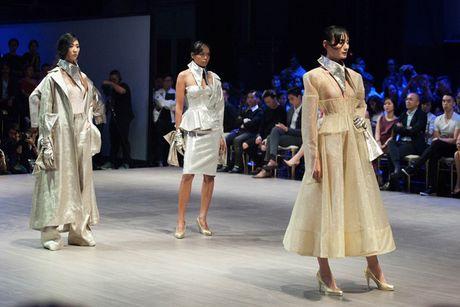 Hoa hau Ky Duyen hoa 'nu than mat troi' trong BST cua Vo Cong Khanh - Anh 16