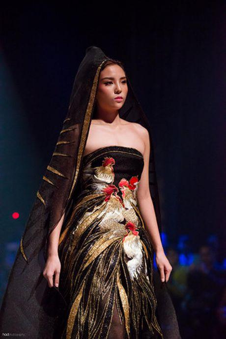 Hoa hau Ky Duyen hoa 'nu than mat troi' trong BST cua Vo Cong Khanh - Anh 3
