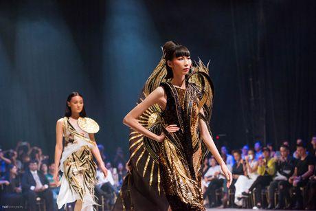 Hoa hau Ky Duyen hoa 'nu than mat troi' trong BST cua Vo Cong Khanh - Anh 5