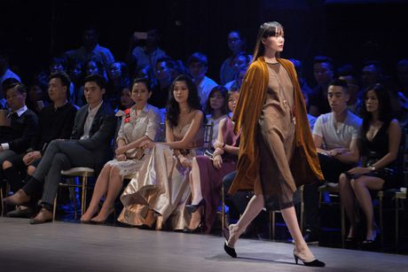 Hoa hau Ky Duyen hoa 'nu than mat troi' trong BST cua Vo Cong Khanh - Anh 7