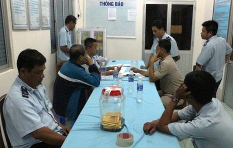 Mot nguoi Campuchia mang 18kg vang qua bien gioi Viet Nam - Anh 1