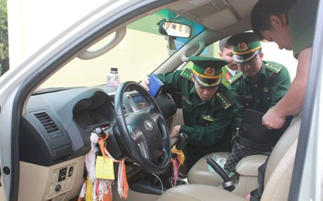 Ha Tinh: Bat 2 doi tuong nguoi Lao van chuyen 60 banh ma tuy - Anh 2