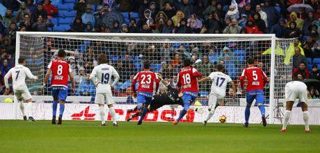Ronaldo toa sang duoi con mua tren san Bernabeu - Anh 1