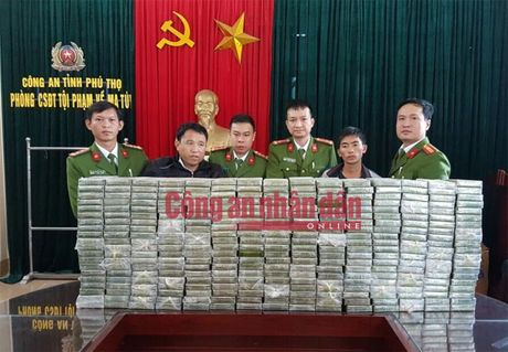 300 banh heroin duoc giau trong 5 can nhua khoet day - Anh 2