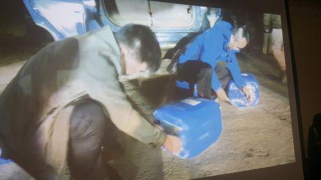 Giau 300 banh heroin trong can nhua mang di tieu thu - Anh 2