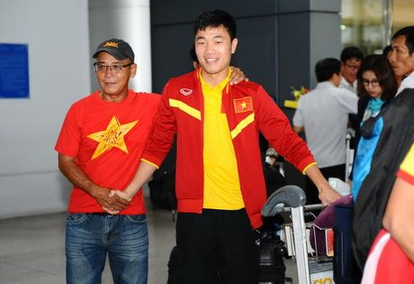Vua xuong san bay, thay tro HLV Huu Thang da 'chim' trong vong vay nguoi ham mo - Anh 3