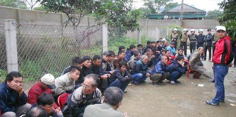 "Bat qua tang hang chuc doi tuong dang sat phat nhau trong truong ga ""khung"" - Anh 1"