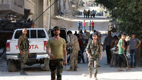 Chien su Aleppo: Giai cuu 600 'la chan song' khoi tay phien quan (video) - Anh 1