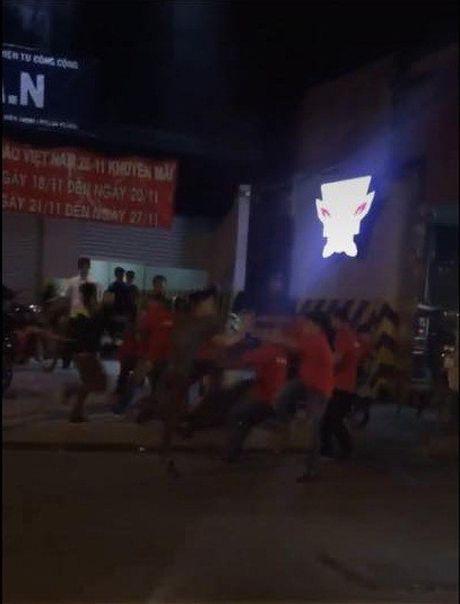 TP HCM: 'Huyet chien' kinh hoang giua hai nhom thanh nien khien nguoi dan bo chay tan loan - Anh 1