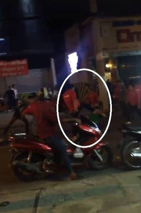 TP HCM: 'Huyet chien' kinh hoang giua hai nhom thanh nien khien nguoi dan bo chay tan loan - Anh 2