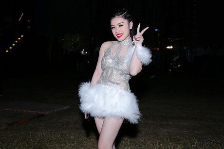Thu Hang dien do xuyen thau sexy het co trong tiec am nhac tai TP HCM - Anh 9
