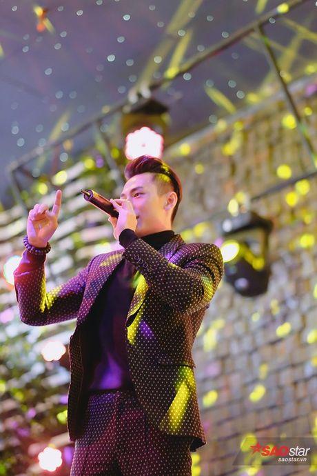 'Thai tu' Isaac thay den 5 bo trang phuc, dau tu het muc cho buoi hop fan Ha Noi - Anh 3